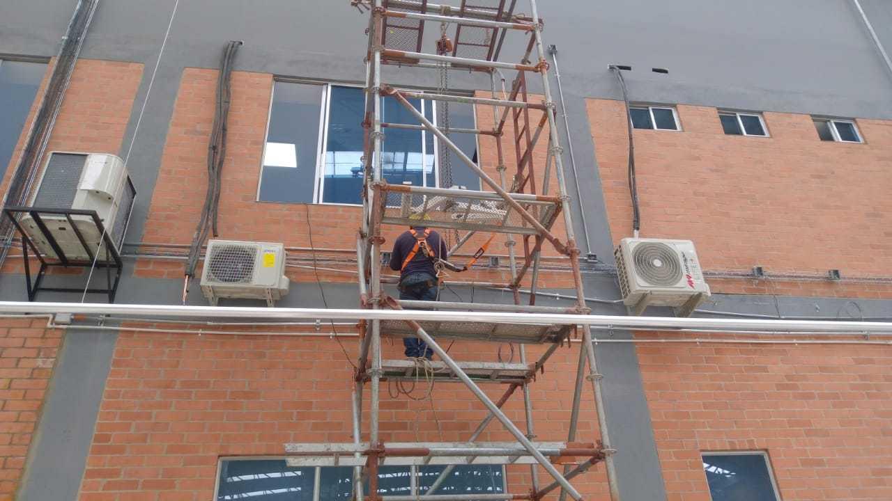 (fancoil de pared y cassettes) se instalaron en oficinas, centros de computo y CCTV.
